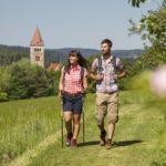 kastl-Wanderer-vor-Klosterburg-Stefan-Gruber